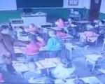 小学女老师当堂殴打学生 连打带踹家长看后气的直哭