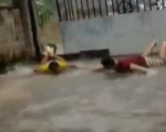 求雨成功!云南连日干旱后突降暴雨 两男子兴奋得趴地面蛙泳
