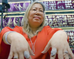 华裔女子移民美国后开金饰店 声名大噪成为大牌嘻哈歌手首选