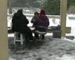硬核老太冰天雪地里组队打牌 自称不冷 牌中有火