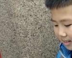 给零零后点赞!小学生春节街头卖红包:一天卖几百块