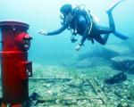 小镇设海底邮箱靠潜水员取件 3万封信从海底寄出