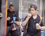 男子出狱后开了家冰淇淋店 孩子拿满分试卷能换冰淇淋吃