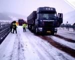 河北3月底突降暴雪 交警暴雪中营救60多辆被困货车