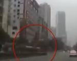 广州一公交车撞护栏后冲进商铺1人伤 行车记录仪拍下事发瞬间